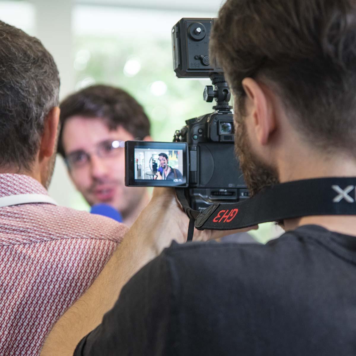 Ein Mann im Interview bei Janis Kapetsis auf der Digitalen Agenda für das Land Sachsen-Anhalt