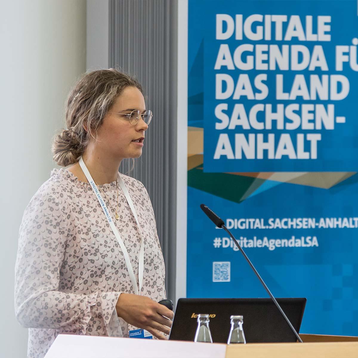 Ein Vortrag einer Frau bei der Digitalen Agenda für das Land Sachsen-Anhalt