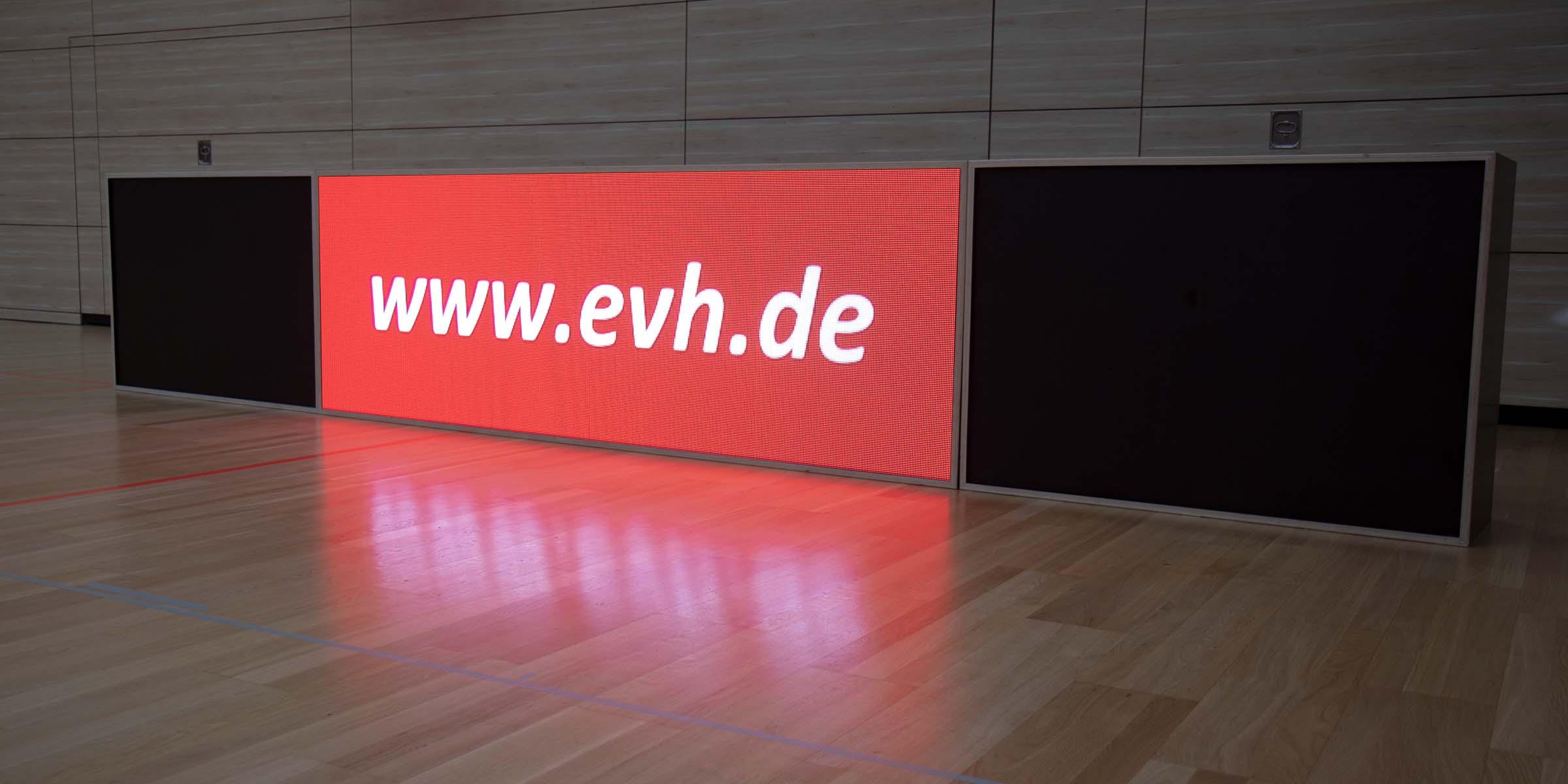 Die mobile LED Bande in der Frontansicht mit Werbung der Energieversorgung Halle