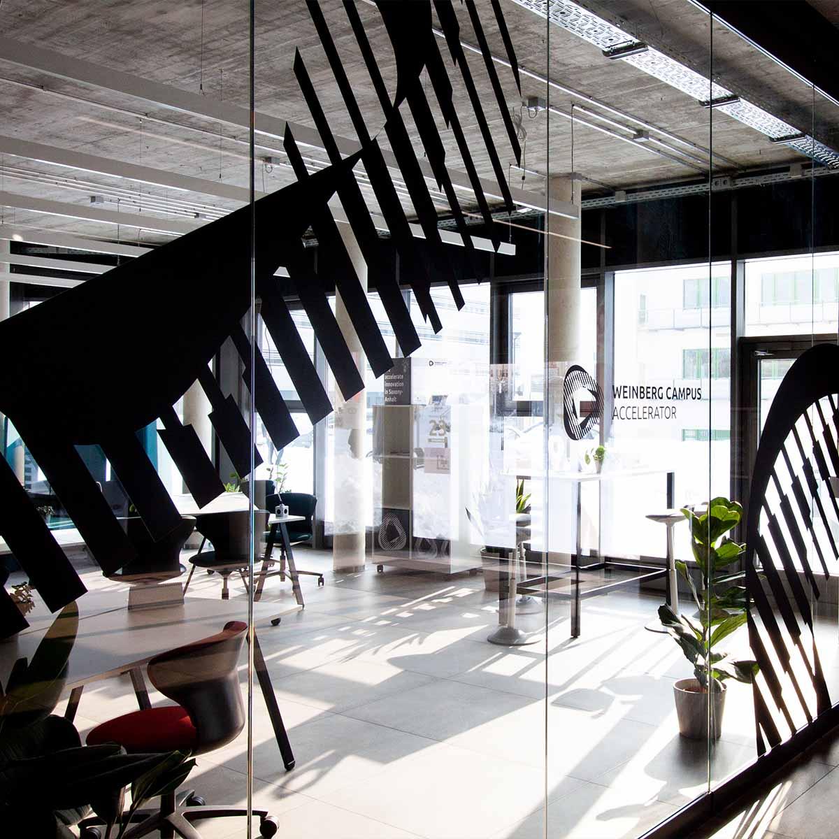 Die Glastüren zum Weinberg Campus Accelerator mit Sicht nach innen