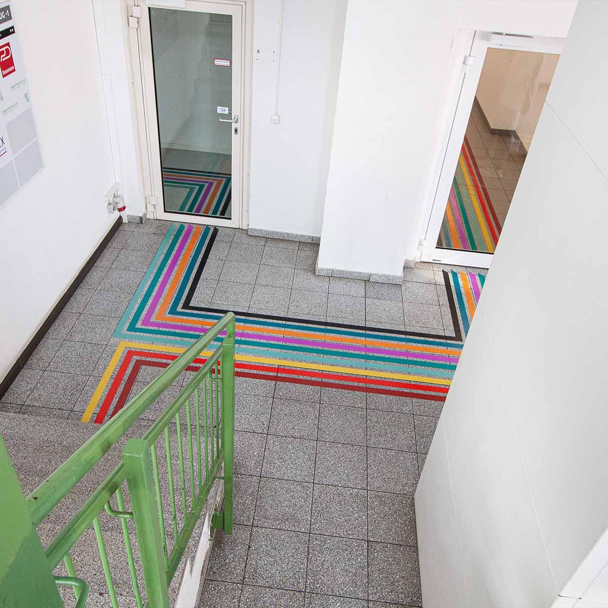 Der Blick auf eine Kreuzung der Bänder im Untergeschoss vom Weinberg Campus Innovation Hub